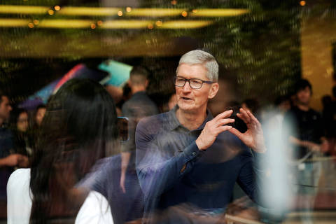 FILE PHOTO: Apple CEO Tim Cook attends an Apple store in Shanghai, China October 9, 2018. REUTERS/Aly Song/File Photo ORG XMIT: FW1