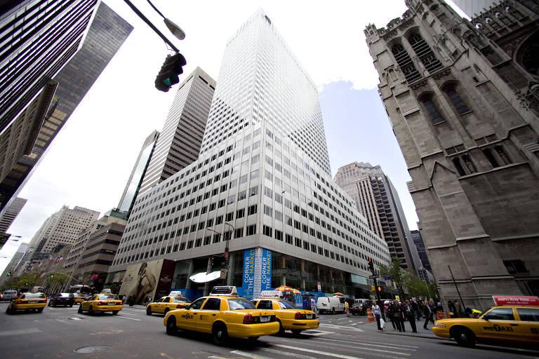 Táxis trafegam pela Quinta Avenida, em Nova York (EUA)