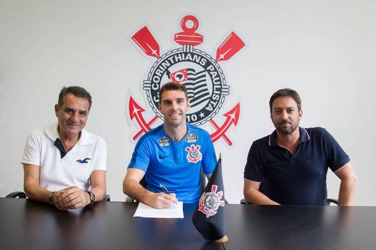 Boselli assina o contrato com o Corinthians entre os diretores Jorge Kalil (à esq.) e Duilio Monteiro Alves