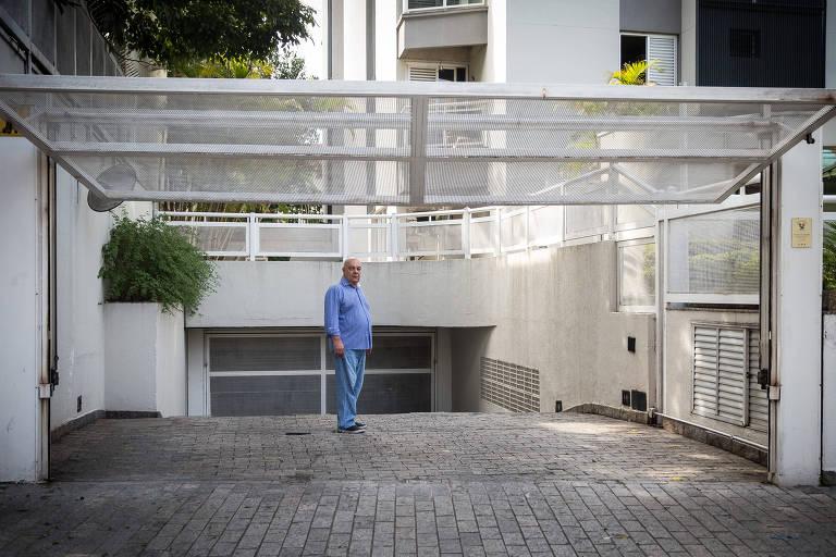 O síndico Nilton Savieto na entrada de condomínio administrado por ele na Vila Mariana, em São Paulo