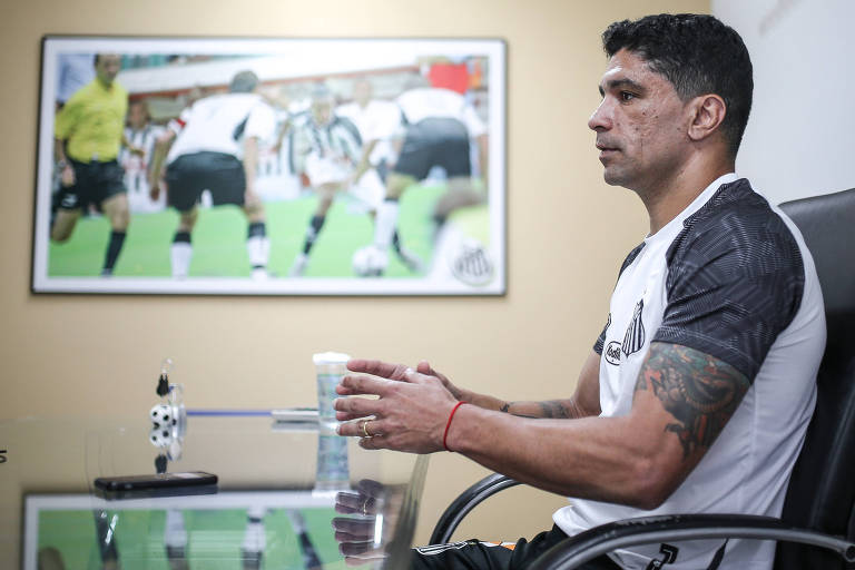 O agora dirigente Renato em sua sala de trabalho dentro do CT do Santos