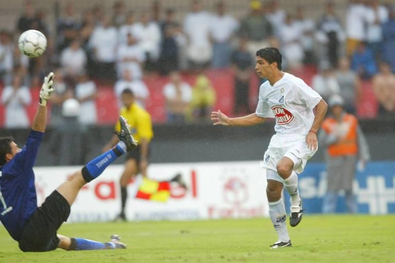 Renato bate na saída de Doni para marcar contra o Corinthians no primeiro jogo da final de 2002