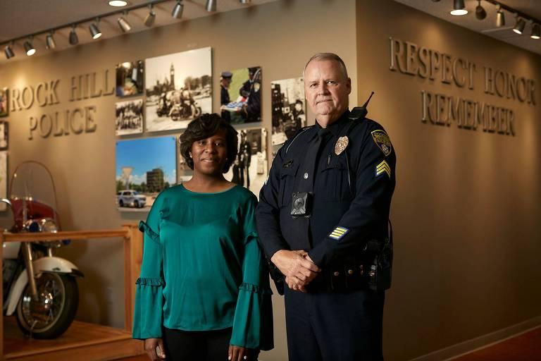 Courtney Davis, da polícia de Rock Hill, que foi contatada pelo Facebook, e Bruce Haire, que encontrou suicida