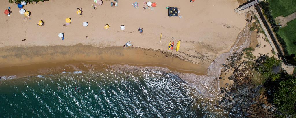 Praia da Feiticeira, em Ilhabela, que está imprópria para banho