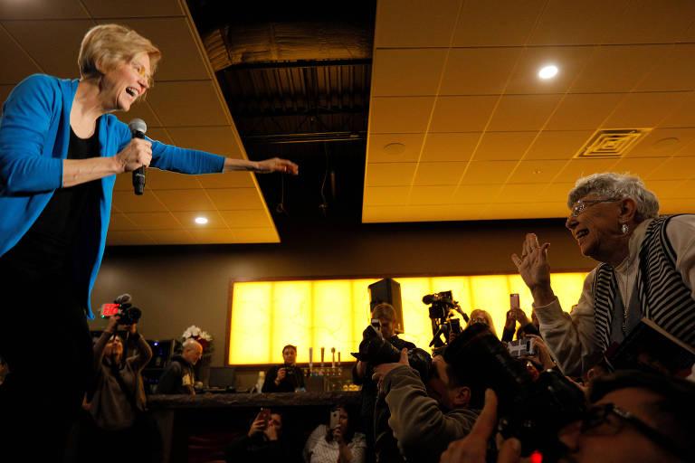 A senadora Elizabeth Warren discursa em evento no estado de Iowa após anunciar a intenção de disputar a vaga do Partido Democrata na eleição de 2020