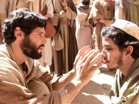 Judas Tadeu (Ricky Tavares) pede esmola nas ruas de Jerusalém, entristecido com a impossibilidade de seu amor por Helena (Julia Maggessi). Jesus (Dudu Azevedo) o vê e se aproxima do rapaz, que fica esperançoso ao ouvir as palavras Dele. DIREITOS RESERVADOS. NÃO PUBLICAR SEM AUTORIZAÇÃO DO DETENTOR DOS DIREITOS AUTORAIS E DE IMAGEM