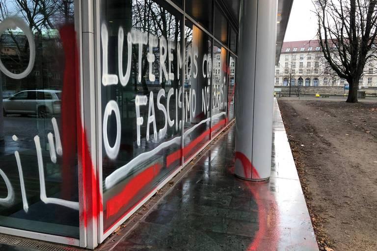 """Fachada da embaixada em Berlim pichada com os dizeres """"Lutaremos contra o fascismo no Brasil"""""""