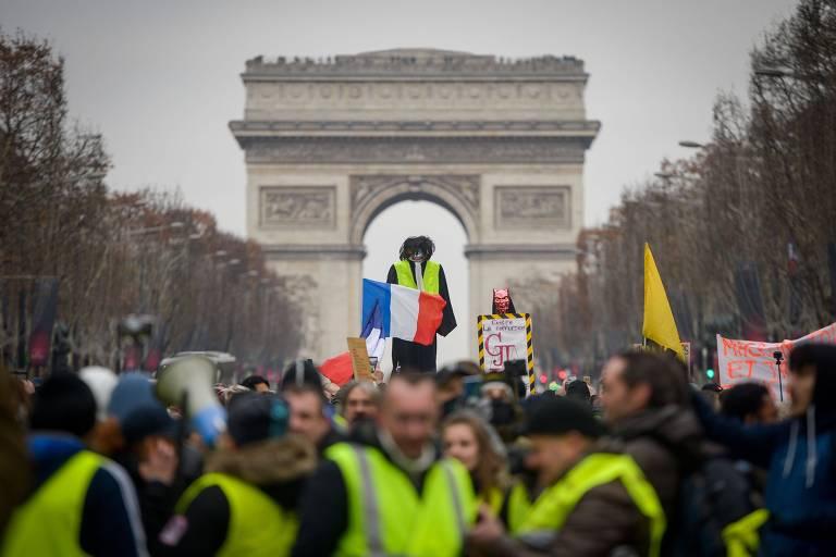 """Manifestantes participam de um novo ato dos """"coletes amarelos"""" na avenida Champs-Elysees, em Paris"""