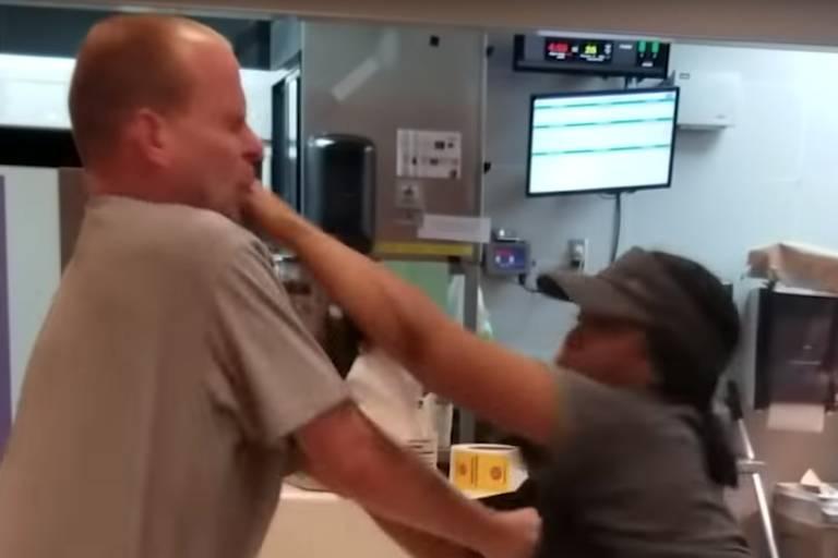 Cliente ataca funcionária do McDonald's nos Estados Unidos, que revida