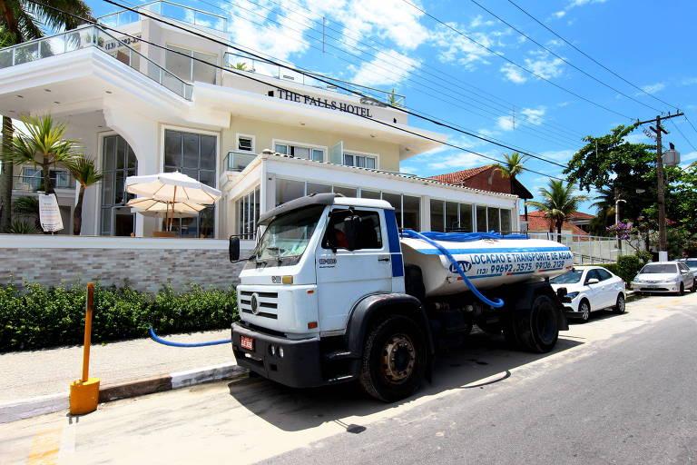 Caminhão pipa abastece hotel em Guarujá