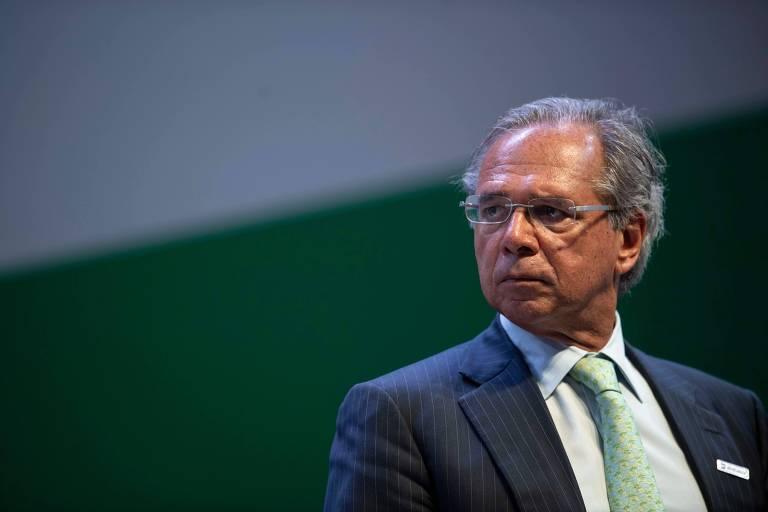 O ministro da economia, Paulo Guedes, aparece de terno escurto e gravata verde claro em um evento do governo no Rio de Janeiro.