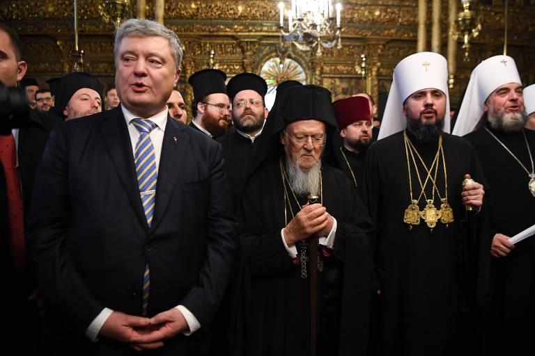 Da esq. para a dir., Poroshenko, o patriarca Bartolomeu 1º e o metropolitano Epifânio em Istambul