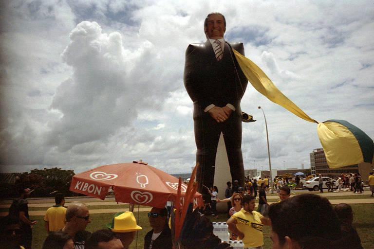 Boneco inflável do presidente Jair Bolsonaro na Esplanada dos Ministérios