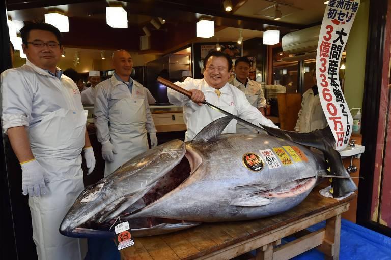 Kiyoshi Kimura, proprietário da rede de restaurantes Sushi Zanmai, paga preço recorde no primeiro leilão de atum do ano no Japão