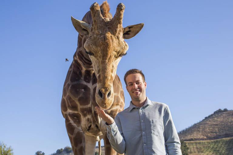 O empresário Dakota Semler, 26, co-fundador da Thor Trucks, posa para foto com a girafa Stanley
