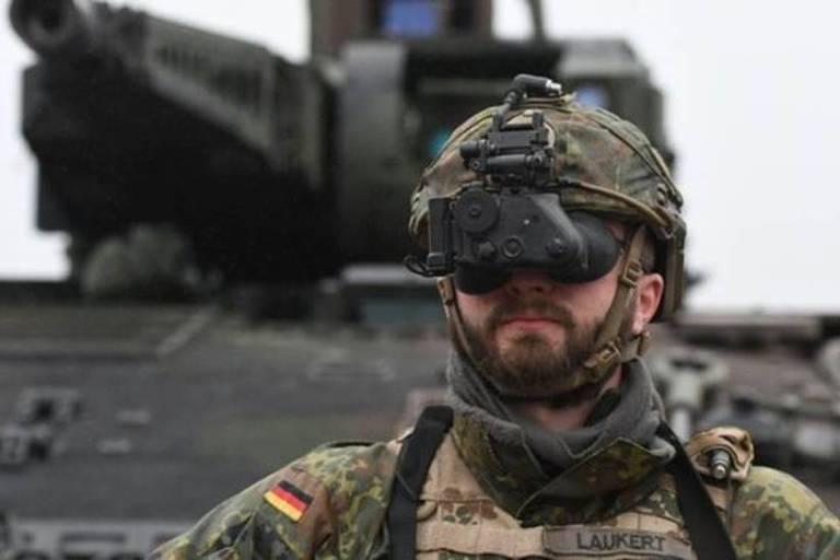 Militar com binóculo moderno
