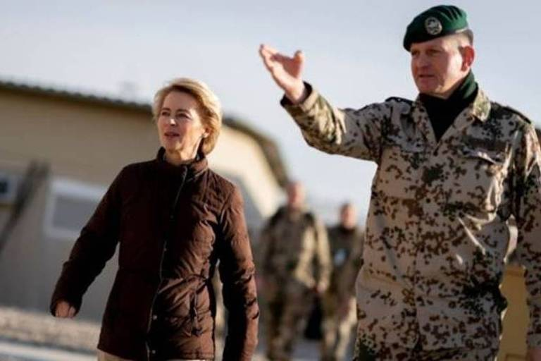 Mulher ao lado de militar