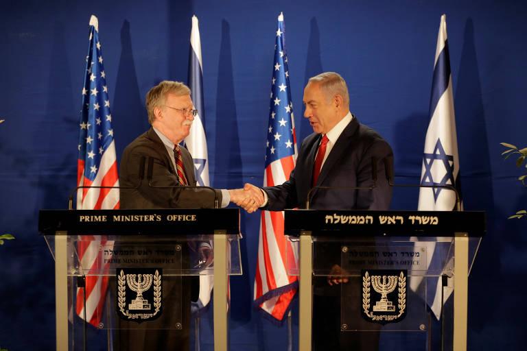 Assessor de segurança nacional dos EUA, John Bolton, aperta a mão do primeiro-ministro israelense, Binyamin Netanyahu, em Jerusalém.
