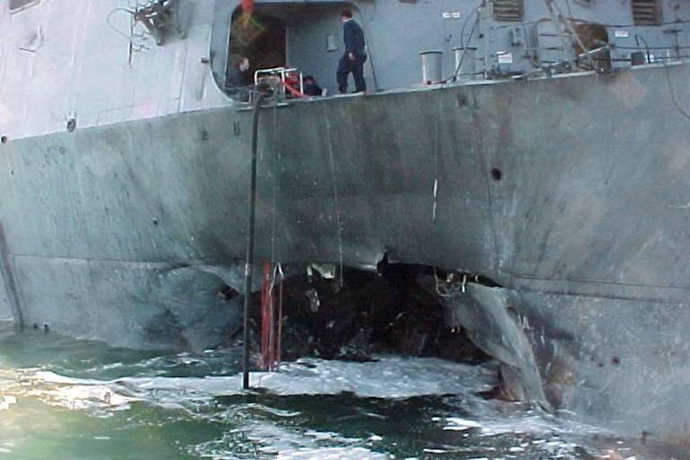 Foto mostra o casco do destróier americano USS Cole após ataque a bomba durante parada para reabastecimento da embarcação no porto de Aden, Iêmen, , em 12 de outubro de 2000.