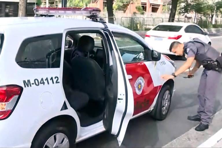 Viatura da policia militar com avariações depois de troca de tiros entre assaltantes e policiais militares na tarde desta domingo (6), em SP