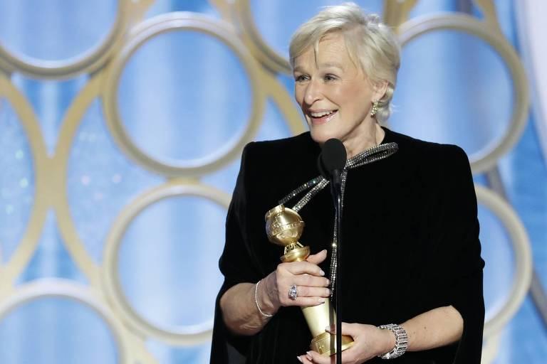 A atriz Glenn Close sobe ao palco para receber o Globo de Ouro
