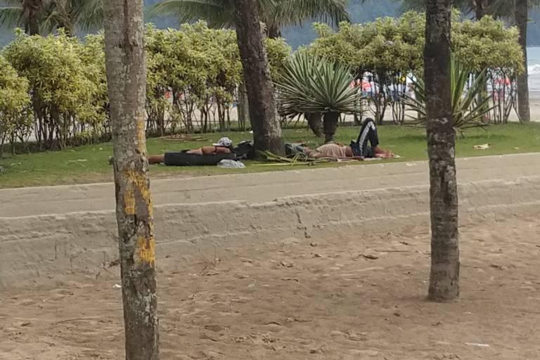 No Boqueirão, em Praia Grande, a reportagem encontrou praia suja, mas classificada como própria para banho. Pessoas em situação de rua moram na praia