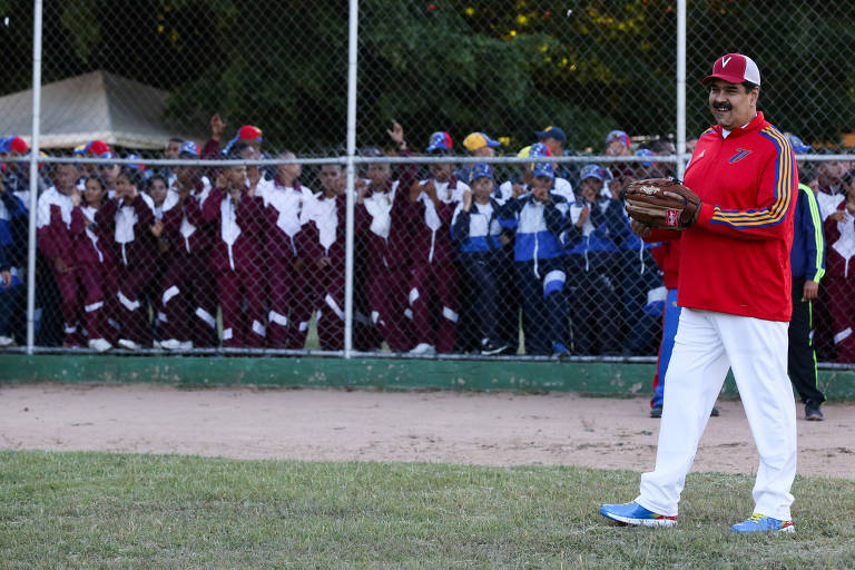O ditador venezuelano, Nicolás Maduro, participa de jogo de softball na base militar Fuerte Tiuna, em Caracas, no domingo (6)