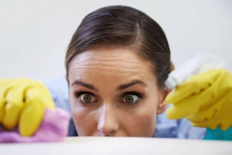 mulher limpando