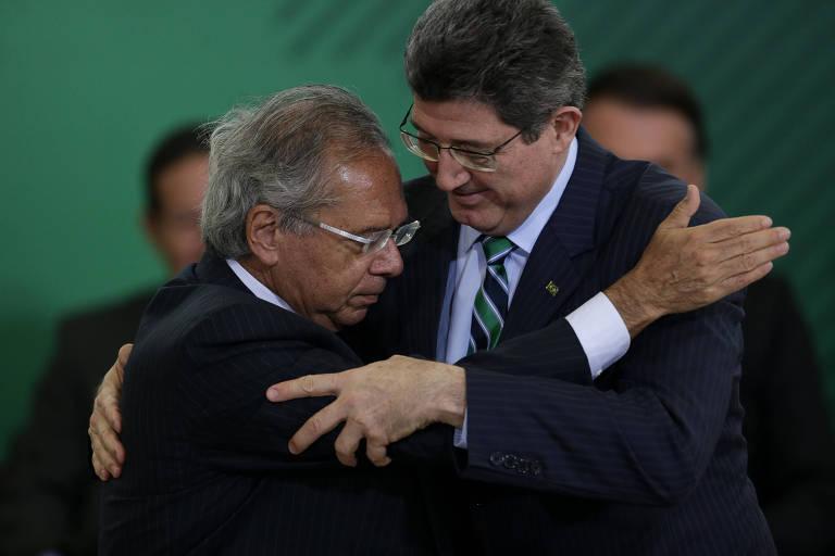 O ministro da Economia, Paulo Guedes, abraça o presidente do BNDES, Joaquim Levy