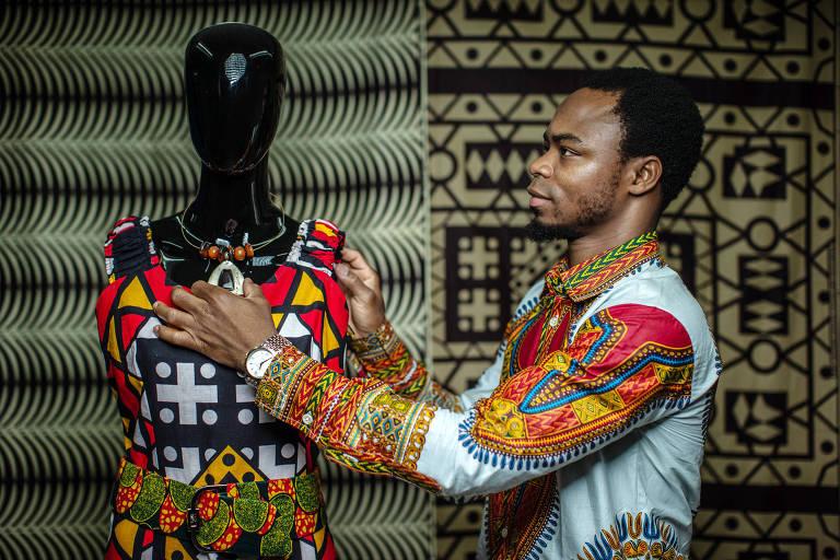 Abbé Tossa, do Benin, na sala onde vende roupas africanas em São Paulo