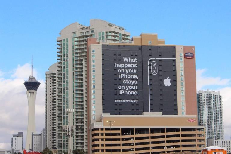 """Vista de um prédio com o anúncio da Apple que diz """"o que acontece em seu iPhone fica no seu iPhone"""", uma alusão à frase """"o que acontece em Vegas fica em Vegas""""; a CES, maior feira de eletrônicos dos EUA, foi aberta no domingo (6) em Las Vegas"""