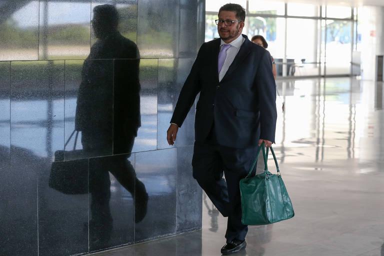 O vice-presidente da Câmara, deputado Fábio Ramalho (MDB-MG), leva sacola térmica para encontro com o presidente Jair Bolsonaro