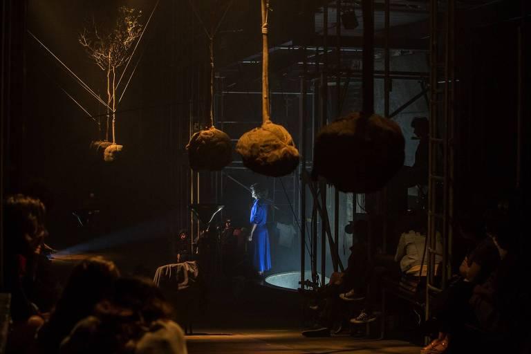 """Cena do espetáculo """"Medeamaterial"""", da mundana cia."""