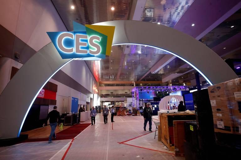 Trabalhadores preparam o lobby da CES, em Las Vegas; feira começou no domingo (6)