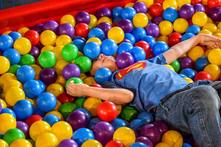 Criança brinca nas férias no Museu da Imigração