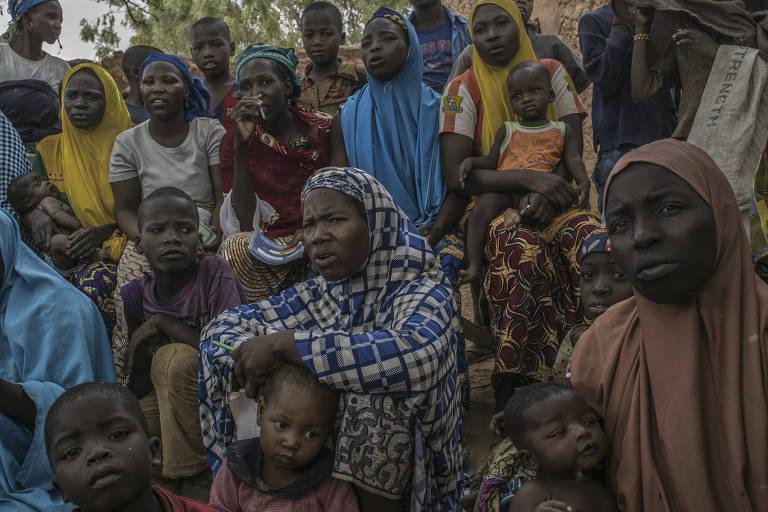 Mulheres em aula ao ar livre em Bassaraua, Níger
