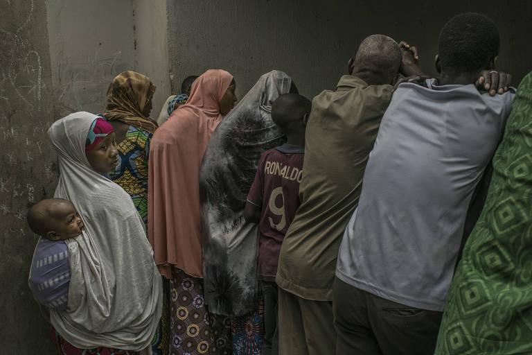 Zalika Amadou segura o filho Affan enquanto espera do lado de fora da corte de divórcios