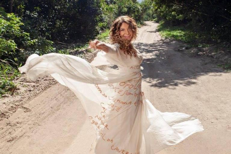 """A cantora Elba Ramalho em retratos de divulgação de seu novo álbum, """"O Ouro do Pó da Estrada"""""""