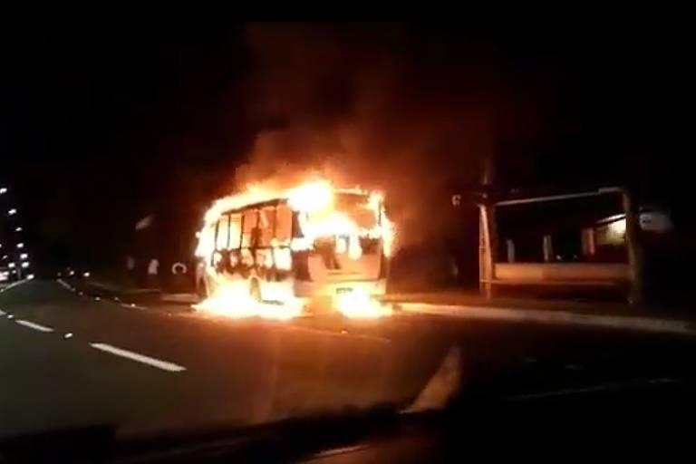 Ônibus da linha Pau Serrado/Tabatinga, em Maranguape, na Grande Fortaleza, foi incendiado na rodovia estadual CE-065