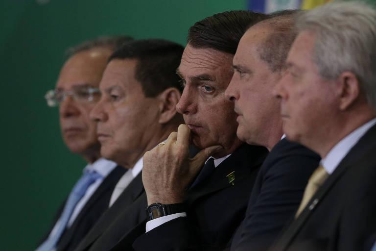 O presidente Jair Bolsonaro ao lado dos ministros Onyx Lorenzoni (Casa Civil) e Paulo Guedes (Economia) e do vice presidente General Hamilton Mourão, durante posse dos novos presidentes do Banco do Brasil e da Caixa