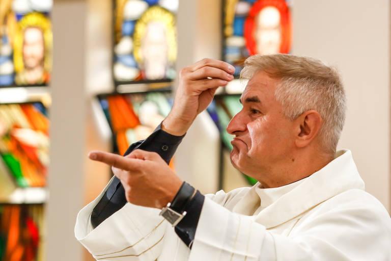 Padre Wilson Czaia, o único sacerdote surdo do país, celebra missa em libras para fiéis com deficiência auditiva na Paróquia Nossa Senhora da Ternura, em Curitiba