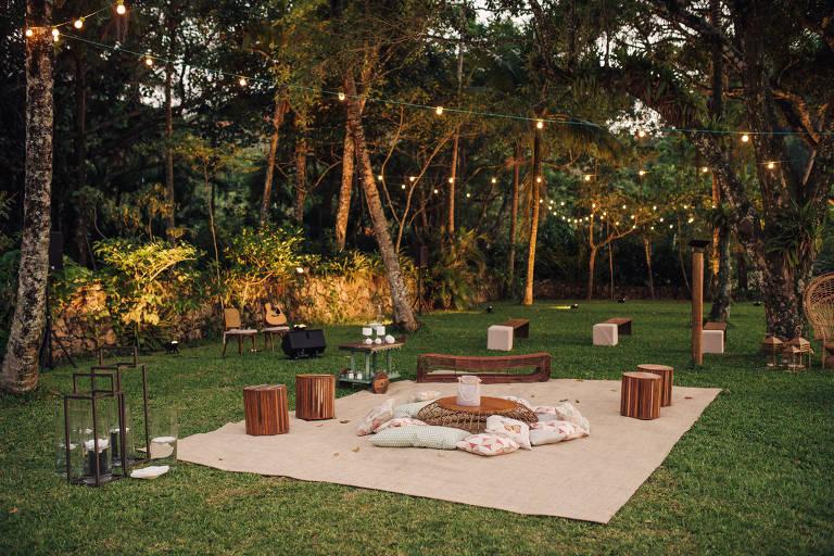 Lounge montado no gramado é sugestão para receber convidados