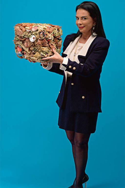 A galerista Mary Boone em detalhe da obra 'Mary Boone with Cube in Squeeze (2010)', da artista Mika Rottenberg