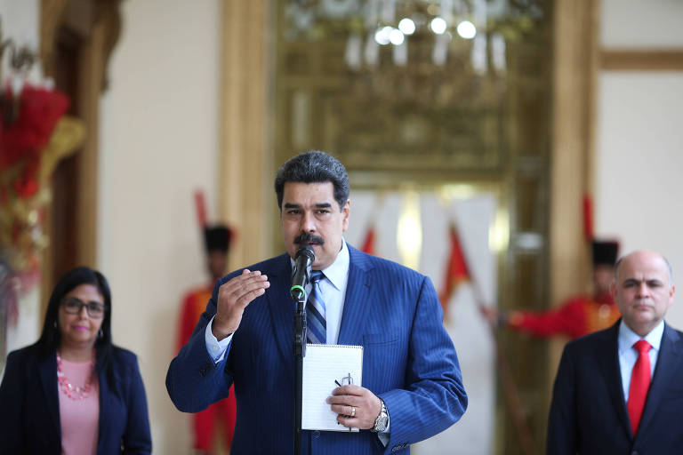 O ditador venezuelano, Nicolás Maduro, fala à imprensa no Palácio de Miraflores, em Caracas, nesta segunda (7)