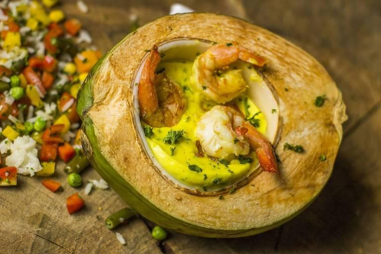 Camarão cremoso no coco verde servido na edição de verão do Festival do Pescado e Frutos do Mar