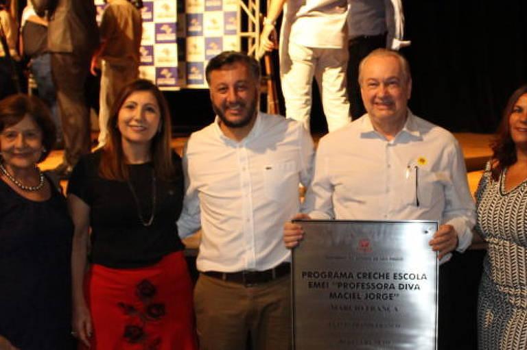 João Cury Neto (de camisa branca, ao lado de homem segurando uma placa) em evento em outubro de 2018