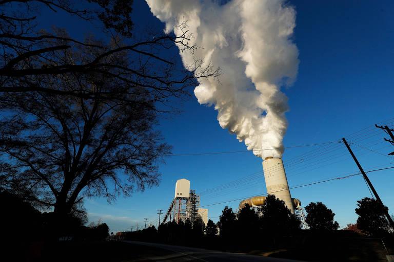 Planta de energia a carvão nos EUA liberando fumaça