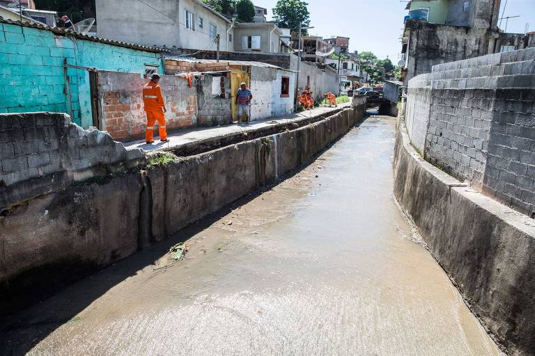 Obras de drenagem no córrego Perus