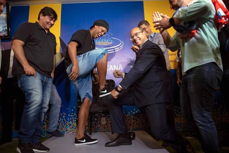 Ronaldinho Gaúcho posa para foto com o governador do Rio de Janeiro, Wilson Witzel, ajoelhado, fazendo gesto de engraxar a chuteira do ex-jogador
