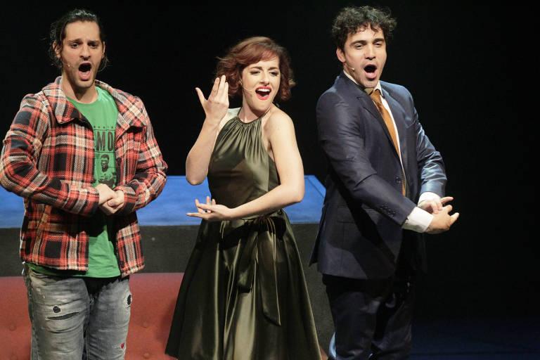Bruno Narchi (à esq.), Giulia Nadruz e Thiago Machado durante o espetáculo 'Tick, Tick... Boom!', no teatro FAAP, em São Paulo.